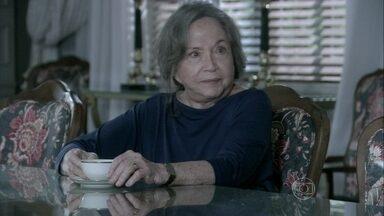 Bernarda tenta convencer César a revelar a verdade para Paloma - Ela acredita que os conflitos entre Paloma e Pilar são consequências dos erros cometidos pelo médico no passado