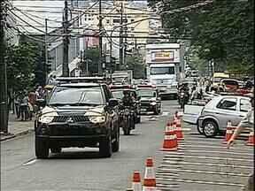 Escolta policial movimenta centro de Londrina - Ruas tiveram que ser bloqueadas e a segurança foi reforçada para a chegada de um carregamento de dinheiro