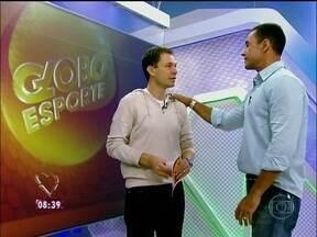Tiago Leifert libera estúdios do Globo Esporte para repórter do Mais Você - Apresentador ensina Fabricio Battaglini a mexer no famoso telão