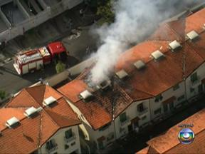 Imagens mostram incêndio em casa no bairro Rio Pequeno, Zona Oeste de São Paulo - Os próprios moradores tentavam combater o incêndio na casa próxima à Avenida Escola Politécnica no Rio Pequeno, Zona Oeste de São Paulo, antes da chegada dos bombeiros.