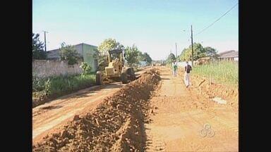 Ruas de Guajára-Mirim começaram a ser pavimentadas nesta quinta-feira, 13 - Serão nove quilômetros de ruas asfaltadas. O término das obras está para 90 dias.