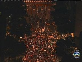 Manifestantes ocupam o centro do Rio em protesto contra o aumento das passagens - Eles seguem em caminhada pela Avenida Rio Branco e ocupam todas as pistas. PMs acompanham a manifestação e não há qualquer tumulto.