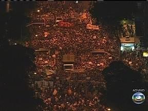 Protesto contra aumento de passagens de ônibus reúne milhares de pessoas no centro do Rio - Manifestam protestam na Avenida Rio Branco, que segue interditada ao trânsito. Segundo a PM, não foram registrados tumultos. O metrô fechou alguns acessos.