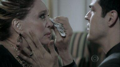 Félix consola Pilar - Enquanto isso, Aline tenta convencer César a passar a noite com ela