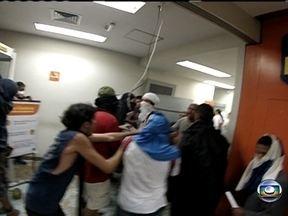 Manifestantes tentam evitar agressão contra PMs - Durante o protesto desta segunda (17), 13 PMs procuraram proteção nos fundos de uma agência bancária. Manifestantes que não queriam violência tiveram que conter outros, que saquearam o banco e tentaram agredir os agentes.