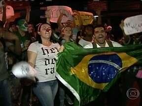 Cinco mil pessoas protestam em São Gonçalo - Cinco mil pessoas foram às ruas em São Gonçalo na noite de terça-feira (18), por causa do aumento das passagens de ônibus. A manifestação foi, em grende parte, pacífico. No fim, houve confusão. Dez pessoas foram detidas.