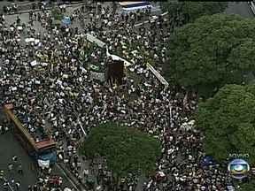 Manifestantes começam a se concentrar na Candelária para novo protesto no Rio - Os manifestantes já estão no Centro do Rio com faixas e vestidos com as cores da bandeira do Brasil .Vários grupos de universitários e movimentos sociais marcaram outros pontos de encontro. Os ativistas devem percorrer a Avenida Presidente Vargas