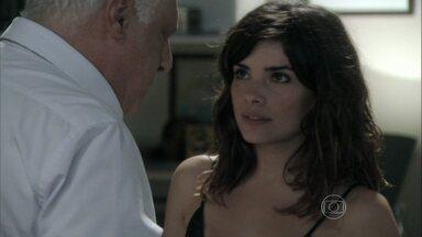 Aline menospreza Pilar para César - O médico se sente culpado por estar enganando a esposa, mas a secretária o seduz