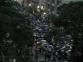 Manifestação em Santa Maria, RS, terminou antes das 19 horas - Segundo estatística da Brigada Militar, entre 12 e 15 mil pessoas participaram de uma caminhada.