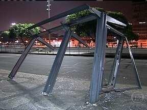 Rio fica marcado por vandalismo após manifestação histórica - Na Avenida Presidente Vargas, as marcas de vandalismo estavam presentes de todos os lados. A manifestação começou pacífica, mas um pequeno grupo de vândalos começou o quebra-quebra no centro da cidade.