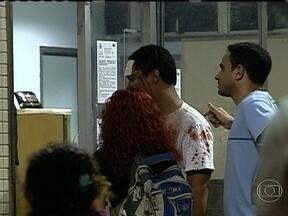 Mais de 60 pessoas ficam feridas durante manifestação no Centro do Rio - Grande parte dos feridos deu entrada no Hospital Souza Aguiar. A maior parte dos ferimentos foi provocada por pedras, pedaços de madeira e balas de borracha. Entre os feridos há um PM e quatro guardas municipais.