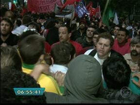 Cem mil pessoas ocupam a Av. Paulista para protestar - Em São Paulo, a maior cidade do país, cem mil pessoas ocuparam a Avenida Paulista na quinta-feira (20) para protestar por diversos motivos. O comércio fechou as portas. Houve tumulto e aglomeração.
