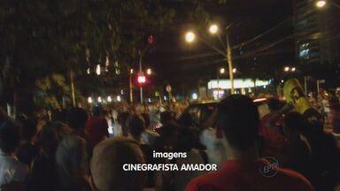 Um morre atropelado em manifestação em Ribeirão Preto, SP - Motorista acelerou sobre pessoas na Avenida João Fiúsa.