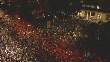 Protesto em Campinas inicia em paz, mas acaba em conflito - O protesto pela redução da tarifa do transporte público em Campinas (SP) reuniu pelo menos 30 mil pessoas na noite de quinta-feira (20). O ato terminou com ao menos 15 feridos e danos à lojas e patrimônios públicos.