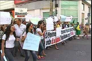 Manifestantes protestam de forma pacífica no interior de Goiás - Protesto que mobilizou a capital também ganhou força no interior. População pedia por melhorias na educação, saúde e o fim da corrupção.