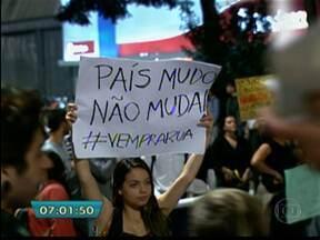 Manifestação tem várias reivindicações em cartazes e faixas - Quem tentou circular pelas imediações da Avenida Paulista e da Rua da Consolação acabou ficando preso no trânsito. Os manifestantes passavam pelas ruas cantando e pintando muretas.