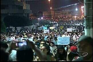 Protesto no norte do Espírito Santo reuniu 8 mil pessoas - Em Linhares, os manifestantes passaram pela câmara de vereadores até a prefeitura da cidade.