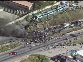 Grupo realiza manifestação na BR-040 em Minas Gerais - Manifestantes estariam em porta de empresa de ônibus protestando contra péssimas condições do transporte
