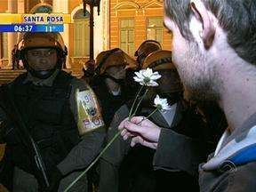 Protesto na noite de quinta-feira, em Porto Alegre, teve início pacífico - Manifestantes pediram paz e ofereceram flores aos policiais em frente à prefeitura da cidade.