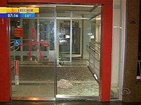 Agências bancárias e lojas foram depredadas durante manifestação em Porto Alegre - Ao menos 15 pessoas ficaram feridas e 30 detidas.