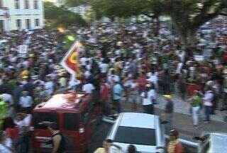 Manifestação em Aracaju (SE) une cerca de 20 mil manifestantes - A manifestação pela redução das tarifas de ônibus, contra a corrupção e a favor da melhoria dos serviços públicos aconteceu ontem em Aracaju.