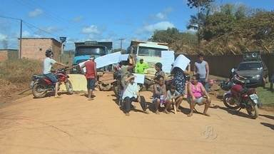 Moradores da estrada dos Japoneses fazem protestos, em Porto Velho - Motivo é a falta de condições da estrada. Este foi o segundo bloqueio em um mês.