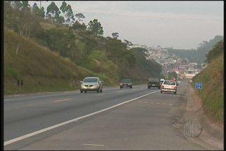 Homem morre em acidente na Rodovia Índio Tibiriçá em Suzano - Um homem de 32 anos morreu em um acidente na Rodovia Índio Tibiriçá, em Suzano. Ele pilotava uma moto que bateu na lateral de um carro com duas mulheres.