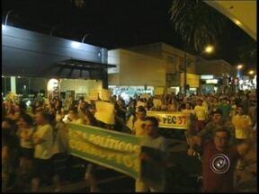 Protesto em Jales reúne centenas contra a PEC 37 nesta quinta-feira - Em Jales (SP), manifestantes aglomeraram-se na Praça João Mariano de Freitas, antiga Praça do Jacaré, para uma passeata pacífica nesta quinta-feira. Eles começaram a chegar no local às 19h e iniciaram a passeata às 20h.