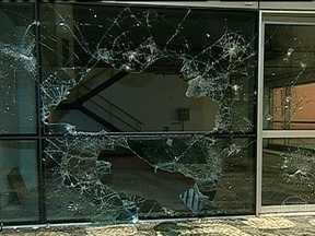 Vandalismo deixa marcas no Centro do Rio - Pedaços da calçada foram arrancados e vidraças, quebradas. Placas, relógios e sinais de trânsito foram destruídos. Muitas pessoas ficaram inconformadas com a destruição.