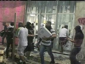 População está indignada com os vândalos - Pessoas foram flagradas depredando o patrimônio público e saqueando lojas. A polícia ainda não informou como estão as investigações para identificar os responsáveis pela detsruição na Alerj.