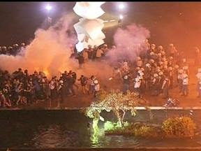Manifestação começa pacífica mas termina em tumulto - Em clima tranquilo, os manifestantes cantavam e levavam cartazes com reivindicações. Em frente ao Congresso, aconteceu a primeira confusão e a maioria apelou pela não violência.