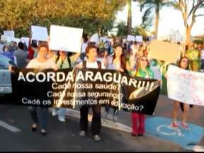 Ativistas pedem segurança e saúde durante protesto em Araguari, MG - Manifestação é tranquila e sem registro de vandalismo. Grupo caminhou da Praça Farid Nader até Palácio dos Ferroviários.