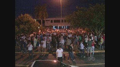 Mais de 3 mil pessoas foram as ruas para participar de protesto, em Ji-Paraná - Jovens de escolas públicas, privadas participaram do movimento. Eles percorreram várias trechos do municipio e se concentraram em frente a Câmara de Vereadores.
