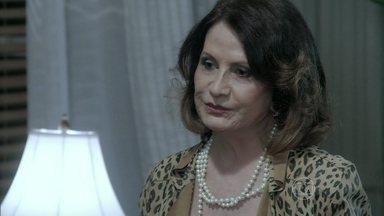Tamara sugere que Félix troque os remédios de Paulinha - A sogra o induz a armar plano diabólico contra a menina