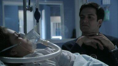 Félix convence a enfermeira a sair do quarto de Paulinha - O rapaz pede para a enfermeira levar um colírio para sua mãe como desculpa para ficar sozinho com a menina