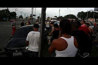 Carro capota em cruzamento na BR-101 na Serra, ES - Testemunhas contam que condutor não se feriu e deixou o local.Em Vitória, motorista subiu em canteiro em avenida em Santa Lúcia.