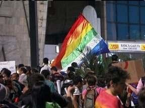 Avenida Paulista teve novos protestos na sexta (21) - Na sexta-feira (21), a Avenida Paulista teve um novo protesto. Foi a oitava manifestação seguida. Os manifestantes se posicionaram contra a Pec 37 e contra o deputado Marco Feliciano.