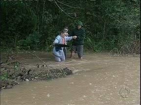 Chuva deixa casas alagadas e moradores desabrigados na região central do Paraná - Dezenas de famílias passaram a noite em casa de parentes e aos poucos voltam para casa.
