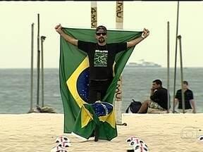 ONG Rio de Paz faz protesto na praia de Copacabana - Os integrantes da ONG colocaram 500 bolas de futebol com cruzes vermelhas que representam 500 mil assassinatos no Brasil nos últimos 10 anos. O grupo defende que o país deve ter na saúde e educação a mesma excelência dos eventos esportivos.