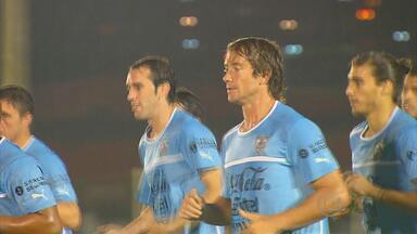 Na 2ª passagem pelo Recife, seleção do Uruguai não escapa da chuva, mas consegue treinar - Jogadores também enfrentaram problemas com o trânsito da cidade.