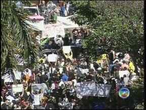 Manifestantes fazem passeata pelas ruas do centro de Ourinhos - Neste sábado (22), as ruas do centro de Ourinhos (SP) serão tomadas pelos manifestantes pela segunda vez nesta semana. Concentração foi na Praça Mello Peixoto.
