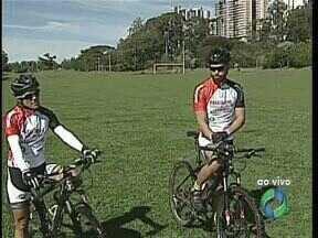Centenas de ciclistas participam neste domingo de uma maratona de bikes em Londrina - Alguns atletas vieram da Bahia pra participar da competição que tem dois trajetos, um de 25 km e o outro de 50 km. Eles vão percorrer estradas rurais e a prova será realizada mesmo se chover. Luciano Pagliarini deu mais detalhes desta competição.