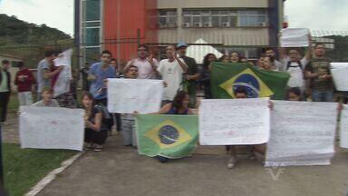 Jovens protestam em frente a Prefeitura de Guarujá - Tarifa das passagens de ônibus da cidade foram reduzidas nesta sexta-feira