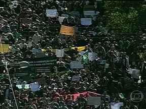 Milhares de pessoas fazem manifestação em Santa Maria - Segundo a PM, 30 mil pessoas participam da mobilização. A população andou pelas principais avenida e ruas. Participam parentes e amigos das 242 vítimas do incêndio da Boate Kiss.