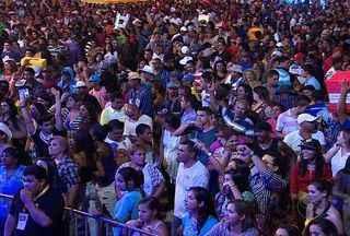 Segunda noite de festa no Forró Caju reuniu milhares de pessoas - O principal destaque da noite foi o cantor pernambucano Geraldo Azevedo. Assista ao vídeo e confira a agitação.