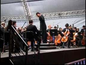 Moradores de Divinópolis prestigiam Orquestra Filarmônica de Minas Gerais - Orquestra se apresentou na Praça da Catedral pela primeira vez.