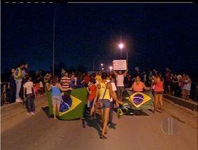 Manifestantes fecham ponte entre Cabo Frio e Casimiro de Abreu, RJ - Protesto foi pacífico. Ponte só foi liberda às 22h.