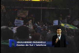 Protesto em Caxias do Sul mobiliza 9 mil pessoas - Manifestantes protestaram no centro da cidade