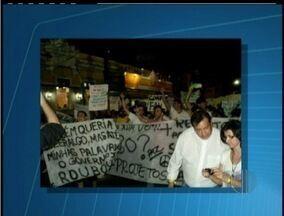 Centenas de pessoas protestam em Conceição de Macabu, RJ - Manifestantes portavam cartazes pedindo mais qualidade de vida.Principal reivindicação é redução do preço da passagem de ônibus.