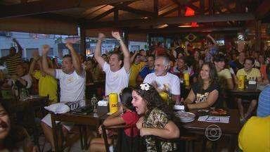 Em bares do Recife, torcida comemora vitória do Brasil sobre a Itália - Veja como foi a animação da torcida da seleção canarinha.